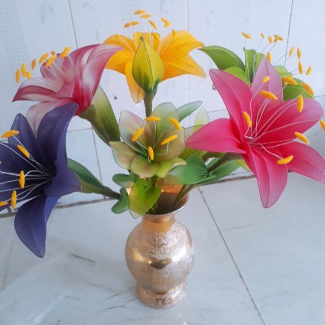 Bình hoa ly bằng vải voan cũng rất độc đáo